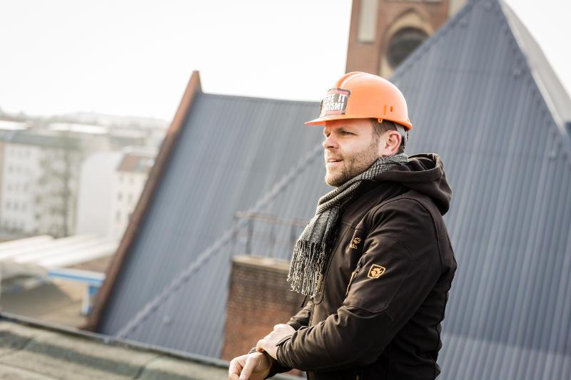 Steve Rauhut auf dem Dach neben der Kirche