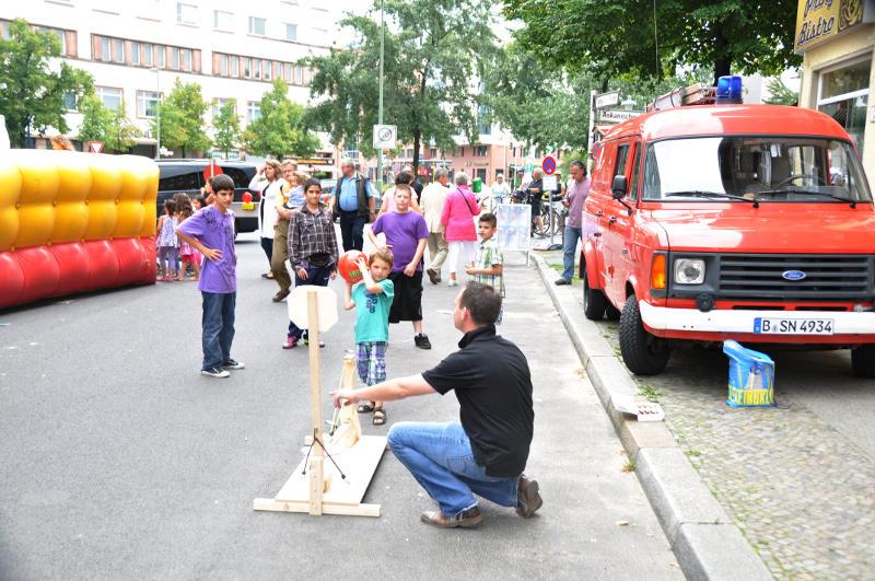 Steve Rauhut spielt mit Kindern