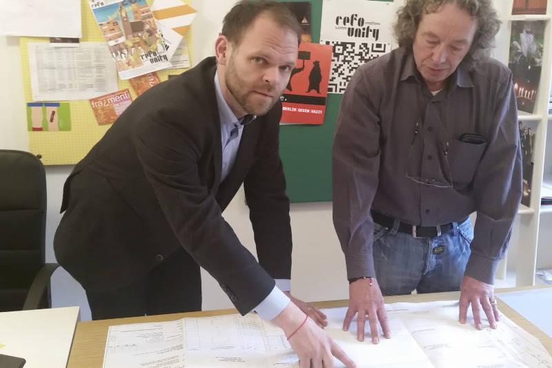 Steve Rauhut bei der Baubesprechung